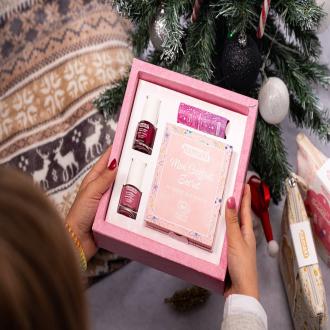 EXCLU WEB !  Et si pour Noël, vous offriez un coffret pour vivre dans un Royaume féérique ? ✨ La panoplie idéale pour permettre à votre enfant de s'imaginer dans un Monde rempli de paillettes et de licornes 🦄  Il contient :  - Notre nouveau coffret secret de 7 fards à paupières festifs - Un Baume à lèvres Framboise - Deux vernis à ongles Rose et Framboise  👉 Disponible dès aujourd'hui en pré-commande pour une livraison le 15 décembre sur namaki.fr . . . #maquillagebio #bio #organic #coffretcadeau #coffretnoel #cadeauresponsable #enfantsheureux #cadeauenfant