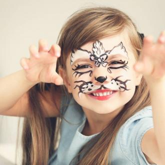 Graouuuu! Le maquillage de chat est l'un des plus populaires lorsque nous faisons des ateliers maquillages 😻 D'ailleurs, où aimeriez vous voir l'équipe pour vous maquiller tout en bio ? 🤗 . . . #organic #bio #naturel #enfants #deguisement #maquillage #maquillagebio #maquillagedeguisement #maquillageenfant #maquillageenfantbio #activitesenfants #parents #developpement #enfamille #ideescreatives #environnement #ecologie #cosmetiquebioenfant #cosmetiqueenfant #sedeguiser #fun #ludique #fete #jeux #cadeauresponsable #organiccosmetic #chat #atelierenfant