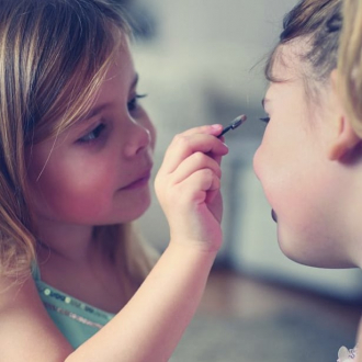 Quelle douceur de voir un moment complice entre frères et/ou sœurs grâce à notre nouveau Coffret Secret en cette période... Vous l'avez déjà adopté ? 🥰 . . . #occupationenfant #bio #naturel #enfants #deguisement #maquillage #maquillagebio #maquillagedeguisement #maquillageenfant #maquillageenfantbio #activitesenfants #parents #developpement #enfamille #ideescreatives #environnement #ecologie #cosmetiquebioenfant #cosmetiqueenfant #sedeguiser #fun #ludique #fete #jeux #cadeauresponsable #organic #ideecadeau #fardsapaupieres #soireepyjama