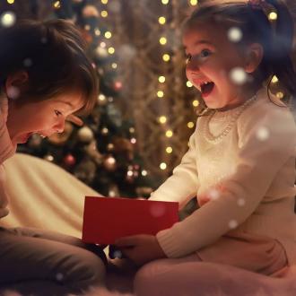 """Mais que peut il bien y avoir dans cette boîte magique ? 🤔 Indice : C'est notre nouveau Coffret """"Mon royaume féerique"""" qui arrivera en exclusivité sur Namaki.fr dès lundi !  Alors, que va-t-il contenir ?? 😳 . . . #maquillagebio #bio #organic #coffretcadeau #coffretnoel #cadeauresponsable #enfantsheureux #cadeauenfant"""