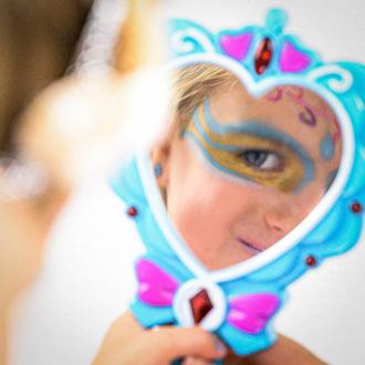 Moi quand je découvre les crayons de maquillage Mondes Enchantés 😍 . . .  #occupationenfant #bio #naturel #enfants #deguisement #maquillage #maquillagebio #maquillagedeguisement #maquillageenfant #maquillageenfantbio #activitesenfants #parents #developpement #enfamille #ideescreatives #environnement #ecologie #cosmetiquebioenfant #cosmetiqueenfant #sedeguiser #fun #ludique #fete #jeux #cadeauresponsable #organic #ideecadeau #crayons