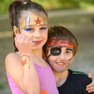 Vous êtes plutôt un super héros ou un pirate? 👀 . . .  #brother #sister #complicité #bio #naturel #enfants #deguisement #maquillage #maquillagebio #maquillagedeguisement #maquillageenfant #maquillageenfantbio #activitesenfants #parents #developpement #enfamille #ideescreatives #environnement #ecologie #cosmetiquebioenfant #cosmetiqueenfant #sedeguiser #fun #ludique #fete #jeux #cadeauresponsable #organic #vacancesenfamille #vacances