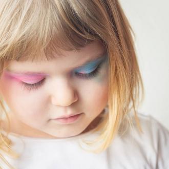 Le Saviez-vous ? Notre coffret secret est totalement adapté aux peaux les plus sensibles. Les fards à paupières sont doux et nacrés, composés à 100% d'ingrédients d'origine naturelle et certifiés bio. Il contient même un miroir et un applicateur pour l'emporter partout ! 🤗 L'avez-vous déjà adopté ? . . . #bio #naturel #enfants #maquillage #maquillagebio #maquillagedeguisement #maquillageenfant #maquillageenfantbio #activitesenfants #parents #developpement #enfamille #ideescreatives #environnement #ecologie #cosmetiquebioenfant #cosmetiqueenfant #sedeguiser #fun #ludique #fete #jeux #cadeauresponsable #organic #ideecadeau #fardsapaupieres #soireepyjama