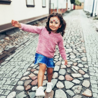 Se déguiser c'est avant tout pour devenir un personnage fictif le temps d'un instant pour réaliser son plus grand rêve 💫  Nous avons créé Namaki pour permettre aux enfants de s'évader, de développer son imaginaire tout en utilisant des produits sans danger pour leurs peaux fragiles 🌿  Quel est le plus grand rêve de votre enfant ? 💖  📸 Merci à @pienia_onnen_avaimia d'avoir partagé cette belle photo de maquillage Namaki 😍 . . #organic #bio #naturel #enfants #deguisement #maquillage #maquillagebio #maquillagedeguisement #maquillageenfant #maquillageenfantbio #activitesenfants #parents #developpement #enfamille #ideescreatives #environnement #ecologie #cosmetiquebioenfant #cosmetiqueenfant #sedeguiser #fun #ludique #fete #jeux #cadeauresponsable #organiccosmetic #chat #atelierenfant