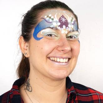 Qui est Carole-Anne ? Notre chargée féerique en suivi logistique et méthodes mais aussi notre maquilleuse 🌸 ?  Retrouvez son maquillage pas à pas en IGTV 🤗 . . . #bio #naturel #enfants #deguisement #maquillage #maquillagebio #maquillagedeguisement #maquillageenfant #maquillageenfantbio #activitesenfants #parents #developpement #enfamille #ideescreatives #environnement #ecologie #cosmetiquebioenfant #cosmetiqueenfant #sedeguiser #fun #ludique #fete #jeux #organic